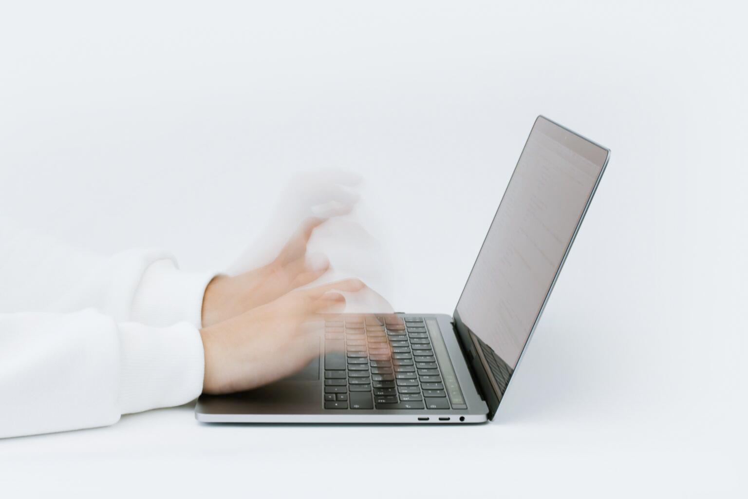 Scrivere una mail di primo contatto: persona che scrive al computer