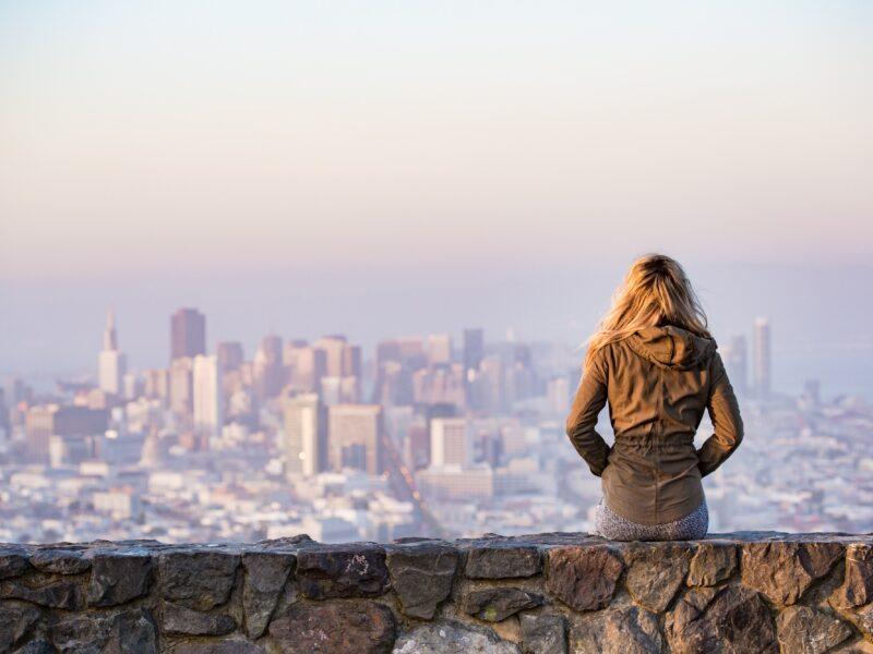 Una ragazza osserva il panorama di una città