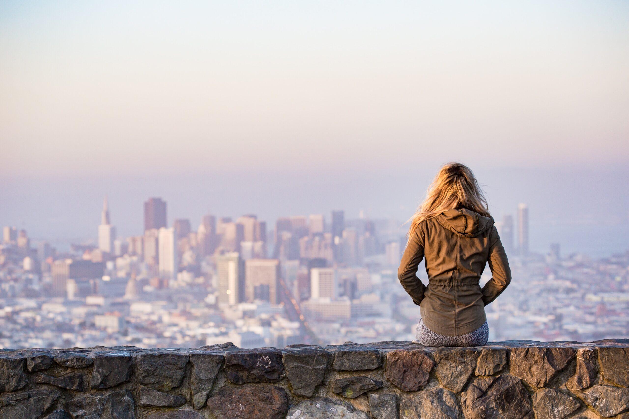 Travel Trends 2021: una ragazza sopra la città
