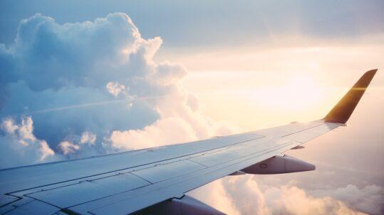Ala di un aeroplano in volo
